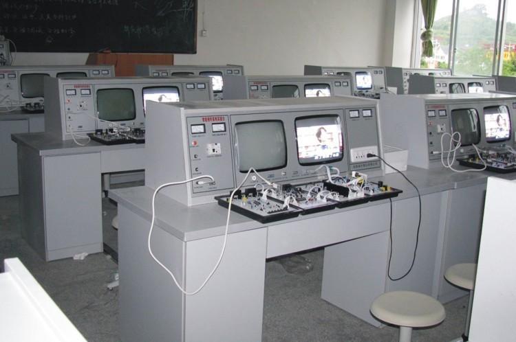 二、技术指示 1、工作电源:AC220V±10%50Hz 2、外形尺寸:110高×80宽×160长cm 3、整机功率:<0.5KVA 4、人身安全保护:输入电源隔离,浮地设计,设备具有电压漏电保护装置,短路保护。 三、功能 彩色电视机、电源采用光耦冷底板电源及AC输入输出保护功能。 1、彩色信号发生器:彩色信号发生器具有16种测试功能,即16种标准测试信号是来判答电视机的行、场线性是否正常,彩度、亮度、公共通道正常与否。 2、TA东芝二片彩色电视机:具有绿色字符显示自